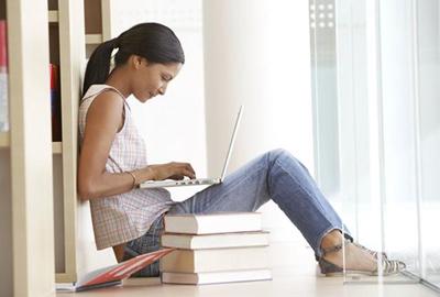 סטודנטית מכללה מחשב נייד לאופיס